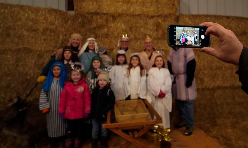 hnews_mon1225_barn_nativity