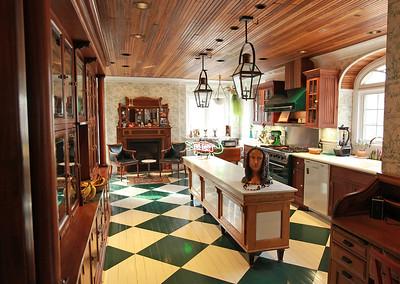 hstyle_adv_mardi_gras_house4
