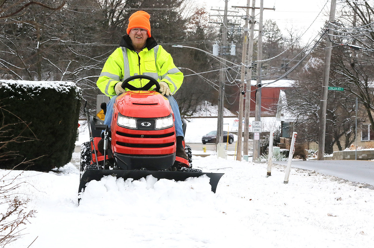 hnews_wed124_sidewalk_plow