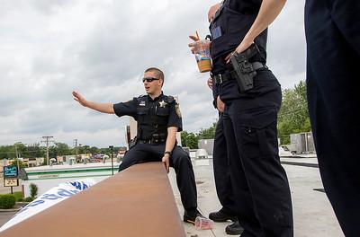 hnews_sat0530_Cop_on_Roof1.jpg