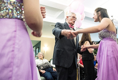 hnews_fri0506_Senior_Prom4.jpg