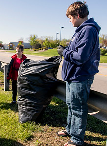 hnews_sun)0507_Woodstock_cleanup_02.jpg