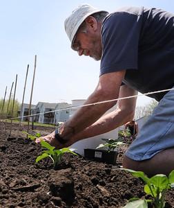 hnews_0508_Community_Gardener_06