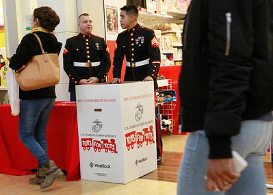 LCJ_1124_GurneeM_Toys_For_Tots_C