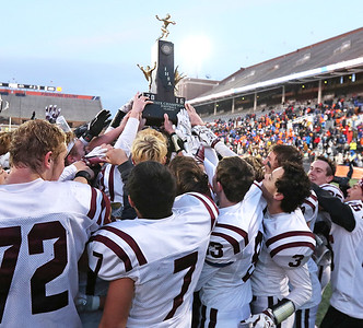 hspts_sun1127_fball_pr_shg_players_trophy
