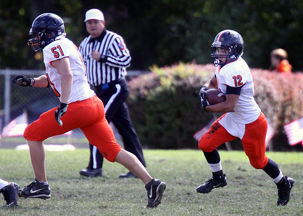 Jeff Krage – For the Kane County Chronicle<br /> St. Charles East's Justin Cameron carries the football on a sweep to the right during Saturday's game at Elgin.<br /> Elgin 9/22/12