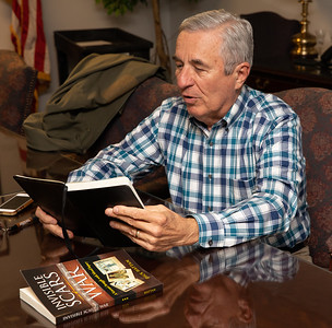 Dick Hattan, author of Invisable Scars of Wars, leads a writing group at the Veterans Family Services Center Thursday, September 27, 2018 in McHenry.  KKoontz – For Shaw Media