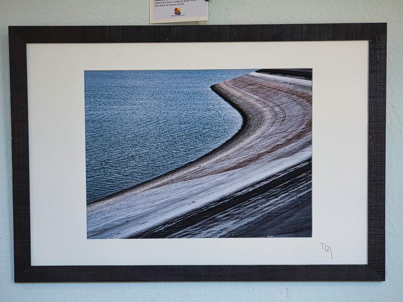 Coastline 3, cluster 23/3<br /> Papierdruck Epson Coldpress Bright 40x30<br /> Foto Ralph de Rozario ©2018<br /> inklusive Holzrahmen 60x40 mit sichtbarer Maserung, Nussbaum<br /> <br /> Deutlich texturiertes säurefreies Druckmedium auf 100% Baumwollbasis für den optimalen Kunst- oder Portraitdruck mit einer fast reinweissen Oberfläche. Dieses Papier nutzt die modernsten Inkjetbeschichtungen, die besonders großen Farbraum und hohe Dichten erreichen.