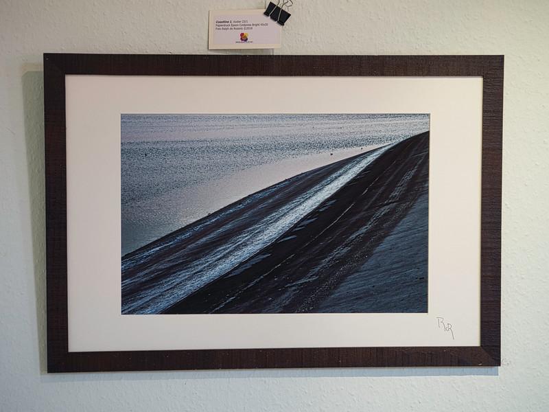 Coastline 1, cluster 23/1 <br /> Papierdruck Epson Coldpress Bright 45x30<br /> Foto Ralph de Rozario ©2018<br /> inklusive Holzrahmen 60x40 mit sichtbarer Maserung, Nussbaum<br /> <br /> Deutlich texturiertes säurefreies Druckmedium auf 100% Baumwollbasis für den optimalen Kunst- oder Portraitdruck mit einer fast reinweissen Oberfläche. Dieses Papier nutzt die modernsten Inkjetbeschichtungen, die besonders großen Farbraum und hohe Dichten erreichen.
