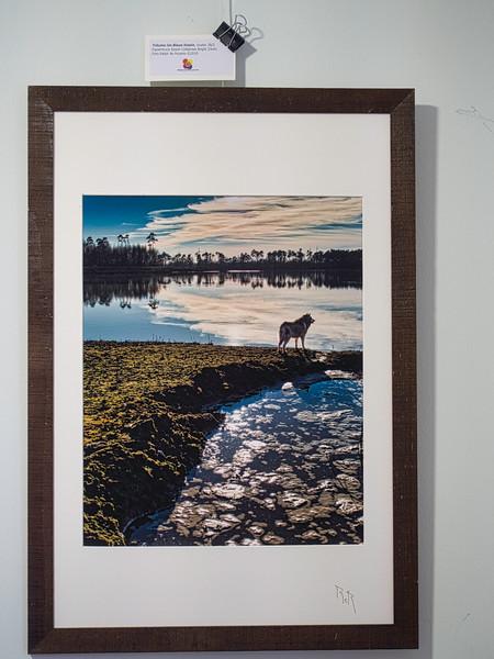 Träume ins Blaue hinein, cluster 28/2 <br /> Papierdruck Epson Coldpress Bright 33x41<br /> Foto Ralph de Rozario ©2019<br /> inklusive Holzrahmen 60x40 mit sichtbarer Maserung, Nussbaum<br /> <br /> Deutlich texturiertes säurefreies Druckmedium auf 100% Baumwollbasis für den optimalen Kunst- oder Portraitdruck mit einer fast reinweissen Oberfläche. Dieses Papier nutzt die modernsten Inkjetbeschichtungen, die besonders großen Farbraum und hohe Dichten erreichen.