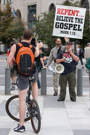 bicyclist photographs anti-anti-war protesters, Washington DC