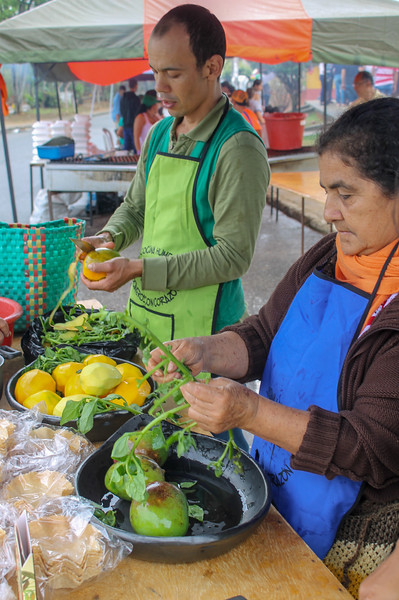 Community members from Los Maklenkes preparing a meal.