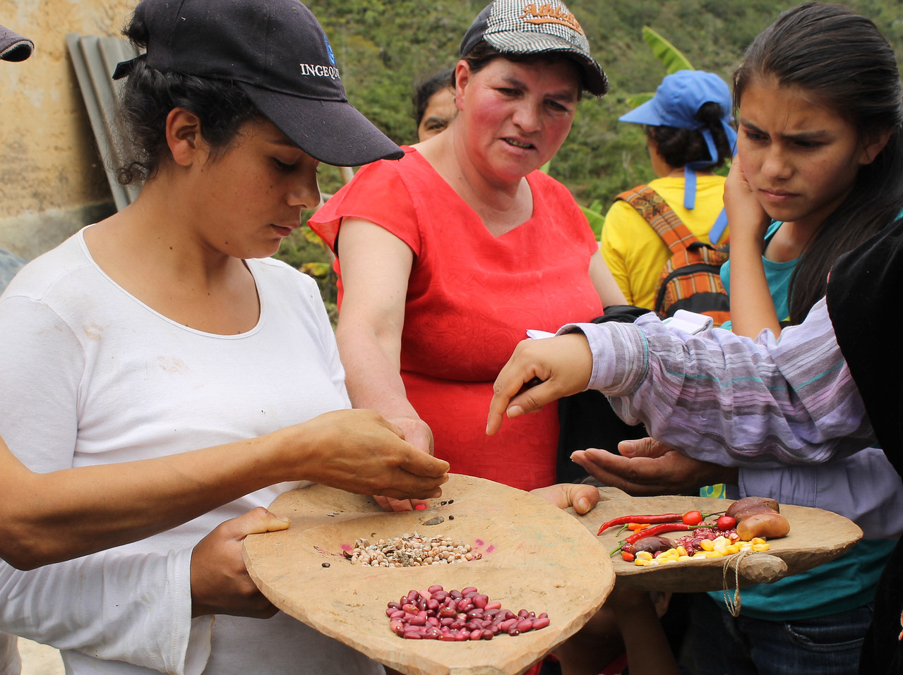 A woman from Barbas de Mono reserve displaying her traditional seeds to young women.