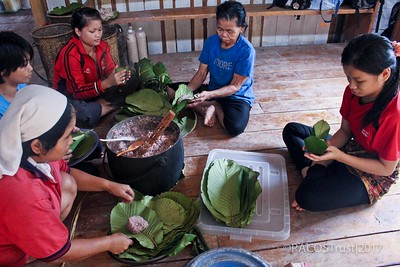 10. Packing rice in Doringin leaves