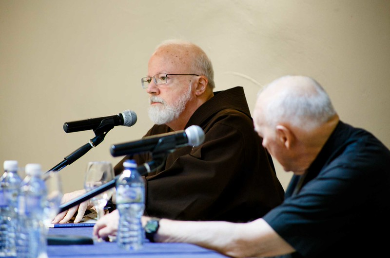 Sept. 19, 2015 -- Cardinals O'Malley and McCarrick speak to pilgrims about the history of the Church in Cuba and U.S.-Cuba relations.<br /> Pilot photo/ Gregory L. Tracy