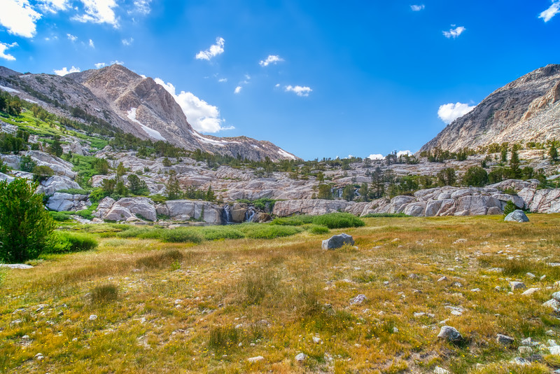 A meadow on the way up Piute Pass