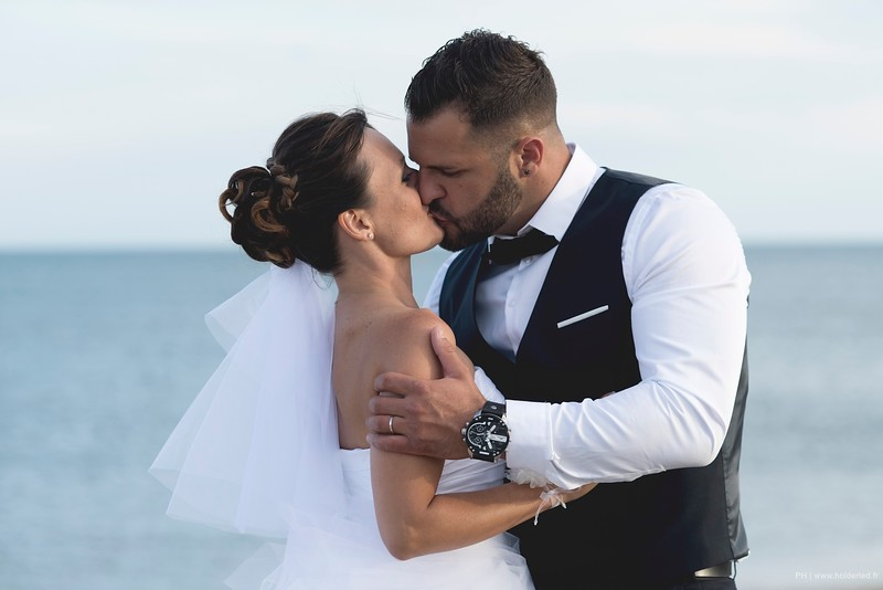 Le baiser des mariés sur la plage