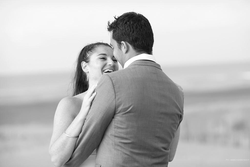 Le couple sur la plage  - photographe mariage montpellier