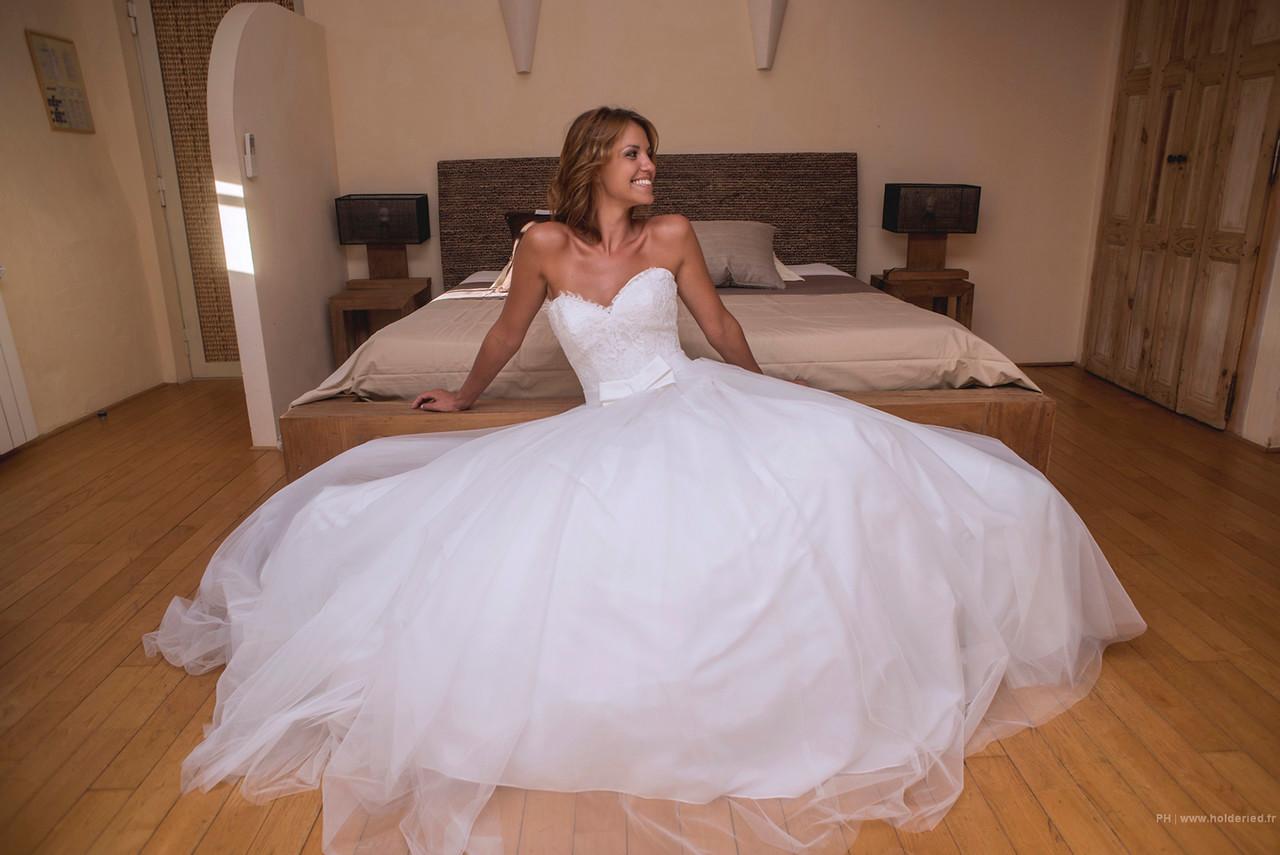 la mariée dans sa chambre au domaine des escaunes **** : lieu de réception de mariage d'exception