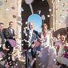 Les mariés sous les confettis
