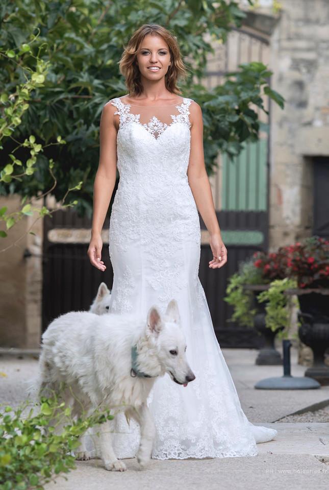 La mariée entourée de deux chiens blanc