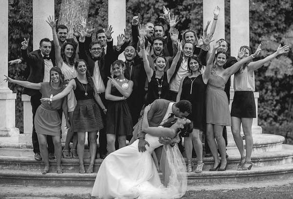 Photographe mariage Montpellier :  Les mariés posent devant leurs invités