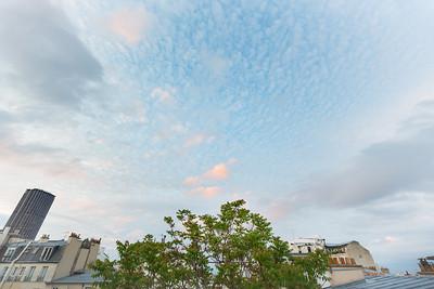 Grands espaces... 😉 . .... ou plutôt grand angle depuis ma petite fenêtre de mon petit apartement. Sans doute envie de sortir 😅 . . #photographathome #covid19 #frommywindow #RestezChezVous #stayathome #confinement #paris #parisphoto #grandangle #grandsespaces #ciel #lightexmachina #autophotosgraphein