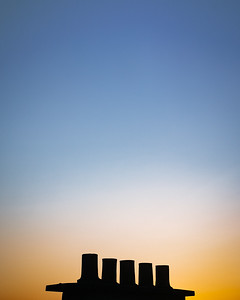 Skyline parisienne miniature 😄 . Je vais sortir de ce confinement avec une obsession pour les cheminées des toits alentours... ou pour les antennes  🤪 . . #cheminée #ciel #gradient #photographathome #covid19 #frommywindow #RestezChezVous #stayathome #paris #parisphoto #lightexmachina #autophotosgraphein