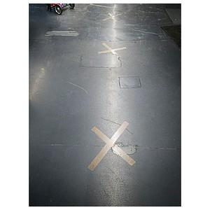 Carte au trésor  Ces croix  au sol, apparues dans la plupart des commerces, rappel plus que nécessaire des indispensables distances de sécurité, m'évoquent néanmoins irrésistiblement une carte au trésor issue d'un récit d'enfance  🗺 ❌  #carteautresor #fairesescourses #paris #parisphoto #RestezChezVous #stayathome #covid19 #lightexmachina