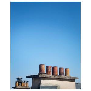 Cordilière des cheminées  #photographathome #frommywindow #paris #parisphoto #toitsdeparis #toitdeparis #cheminée #ciel #RestezChezVous #stayathome #covid19 #lightexmachina