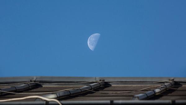 Coucher de Lune sur une mer de zinc 🌗 . . #photographathome #frommywindow #ciel #lune #toit  #paris #400mm #parisphoto #RestezChezVous #stayathome #covid19 #lightexmachina #autophotosgraphein