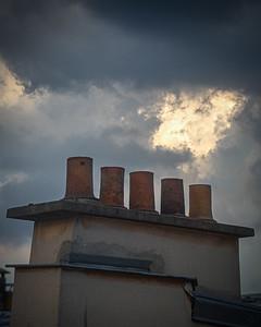 Jour sombre . Une ombre pesante planait sur ce jour, soulignée plus encore par cette clarté qui n'arrivati pas à perce. . J'ai renforcé l'atmosphère pesante que je ressentais en travaillant les détails fin de l'image et en combinant deux images (focus stack), une pour la cheminée et une pour les motifs des nuages. . . #photographathome #covid19 #frommywindow #RestezChezVous #stayathome #confinement #paris #parisphoto #sombre #ciel #focusstack #photosohop #lightexmachina #autophotosgraphein