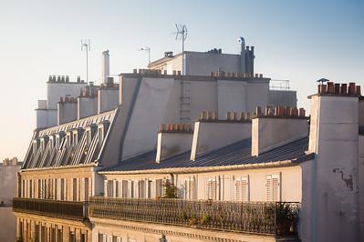 Couleurs du soleil levant sur les cimes de la rue Daguerre 🌆🤩 . Je ne me lasse pas de la riche et subtile gamme de couleur au levre du soleil. . . #photographathome #covid19 #frommywindow #RestezChezVous #stayathome #confinement #paris #parisphoto #leverdesoleil #lightexmachina #autophotosgraphein