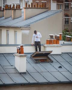 Prendre l'air  💨😅 (11 avril 2020) . Chacun cherche de l'espace comme il peut 😜 . . #photographathome #covid19 #frommywindow #RestezChezVous #stayathome #confinement #paris #parisphoto #toit #prendrelair #surletoit #lightexmachina #autophotosgraphein