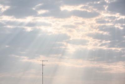 Piliers Célestes 🤩  #photographathome #frommywindow #ciel #nuage #lumière #pilierceleste #antenne #paris #parisphoto #RestezChezVous #stayathome #covid19 #lightexmachina #autophotosgraphein