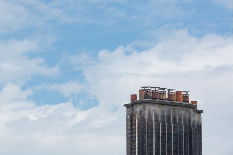 Cheminée Montparnasse 🤔 . Ça y est ! Après tout ce temps confiné à regarder par ma fenêtre, je vois des cheminées partout 😓🤪 . . #photographathome #covid19 #frommywindow #RestezChezVous #stayathome #confinement #paris #parisphoto #Montparnasse #TourMontparnasse #cheminée #hallucination #lightexmachina #autophotosgraphein