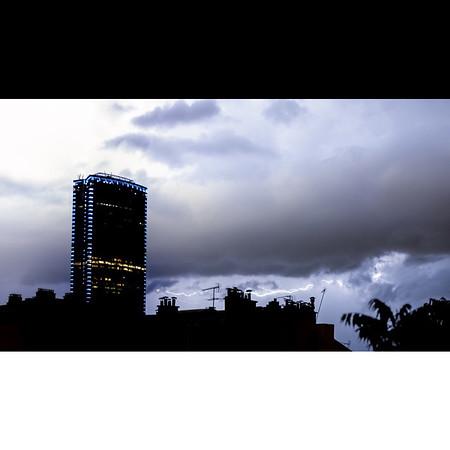 Orage ⚡�⚡�⚡� . Impressionnant et magnifique orage ce 9 mai : des trains d'éclair s'enchainant, illuminant les nuages, déchirant le ciel. 🌩 . . #photographathome #covid19 #frommywindow #RestezChezVous #stayathome #confinement #paris #parisphoto #orage #storm #éclair #lightning #Montparnasse #lightexmachina #autophotosgraphein