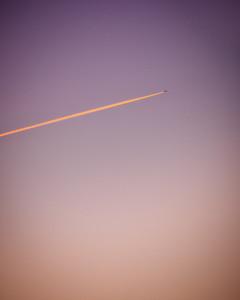 Le coup de pinceau dans le ciel 🖌  . Qui croirait que ce pinceau puisse coûter si cher  ? .. . #photographathome #covid19 #frommywindow #RestezChezVous #stayathome #confinement #paris #parisphoto #ciel #gradient #couleurs #aube #dawn #pinceau #coupdepinceau #avion #minimaliste #lightexmachina #autophotosgraphein