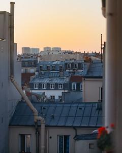 6h41, canyon parisien . Au loin l'aube pointe. Ici, les toits de zinc sont à l'unisson de l'ombre bleutée, tout juste troublés par les fleurs si colorées. . . #photographathome #covid19 #frommywindow #RestezChezVous #stayathome #confinement #paris #parisphoto #aube #dawn #gradient #toits #canyon #fleur #couleur #lightexmachina #autophotosgraphein
