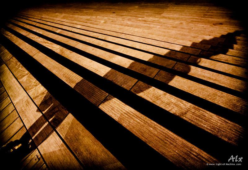 L'ombre en escalier  Paris, parvis de la Bibliothèque Nationale de France Tard dans la nuit, une danseuse noctambule ; son ombre se projette, morcelée.