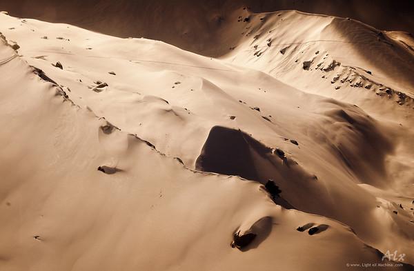 Dunes  Massif du Mont Blanc, Glacier des Pèlerins, au-dessus du Plan de l'Aiguille Sable ou neige, ce virage sépia nous perd.