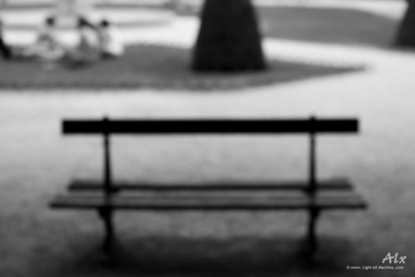 Le banc flou  Paris, Place des Vosges Le banc des parcs parisien, île de tant d'amoureux.