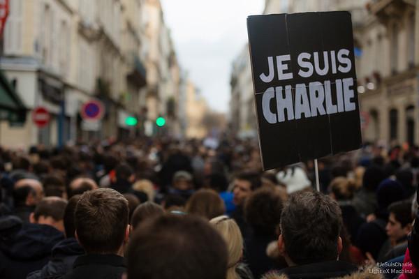 Rue du Château d'eau, la foule patiente calmement pour aller vers République. #JeSuisCharlie est toujours là.