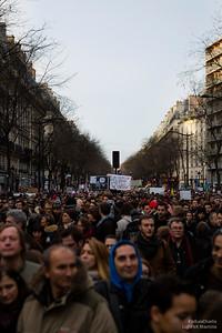 Boulevard de Magenta, une foule posée et engagée se dirige ves la République