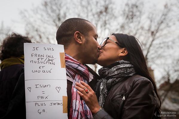 Un couple s'embrasse avec un message de tolérance, de paix et d'amour.