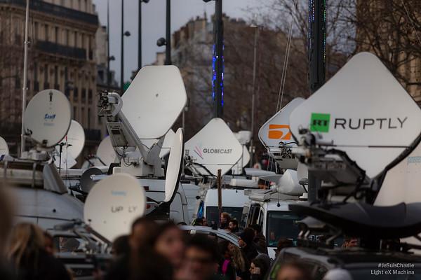 Forêt d'antenne des médias. Place de la République.