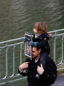 Le message #TousCharlie porté par un enfant sur les épaules de son père.
