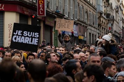 Une enfant porte haut son #JeSuisCharlie. Rue de Lancry