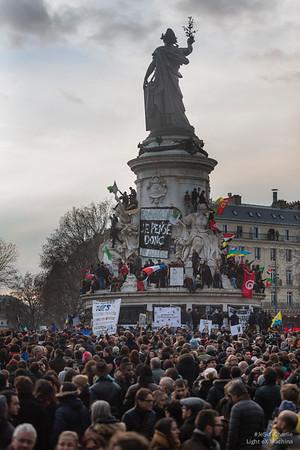 """""""CHARLIE, JE PENSE DONC, JE SUIS"""" #JeSuisCharlie. La place de la République est couverte. Le piédestale de la statue de la République est occupé par des citoyens engagés et enthousiastes."""