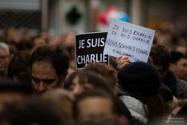 Les panneaux #JeSuisCharlie comme des bouées sur la mer de la f